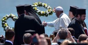 Papa Francesco e il Patriarca di Costantinopoli gettano delle corone di fiori in mare