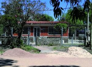 Vista della futura casa parrocchiale. Stiamo sistemando la recinzione prima di affrontare i lavori interni. Cancello e inferriata nuovi.