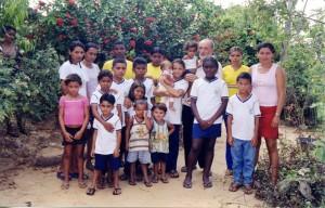 6a. Fra Aligi Quadri con bambini del sostegno a distanza