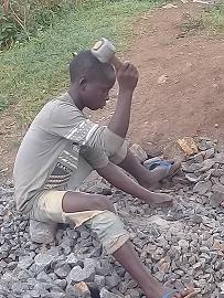 Michele-orfano-dei-genitori-deve-aiutare-gli-zii-spaccando-tutto-il-giorno-pietre-per-i-muratori