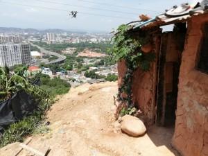 Una baracca costruita da migranti. Foto Diego Battistessa.